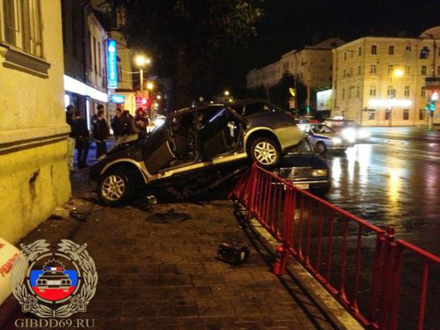 На Тверском проспекте нетрезвый водитель врезался в здание и погубил пассажира