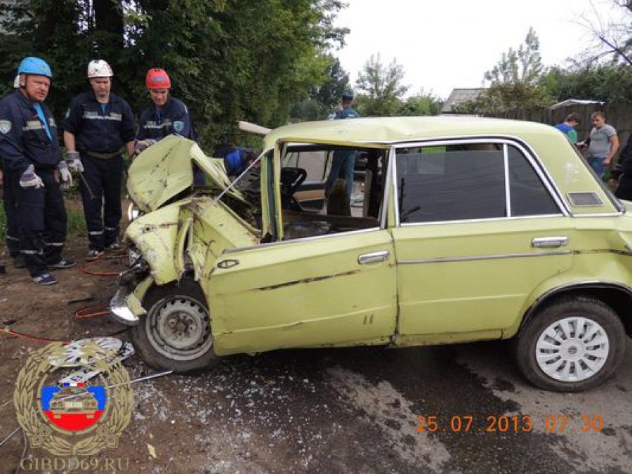 Два человека погибли при лобовом столкновении автомобилей в Твери