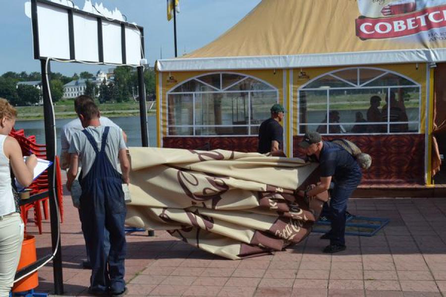 В тверском горсаду снесли незаконно установленное кафе «Ветерок»