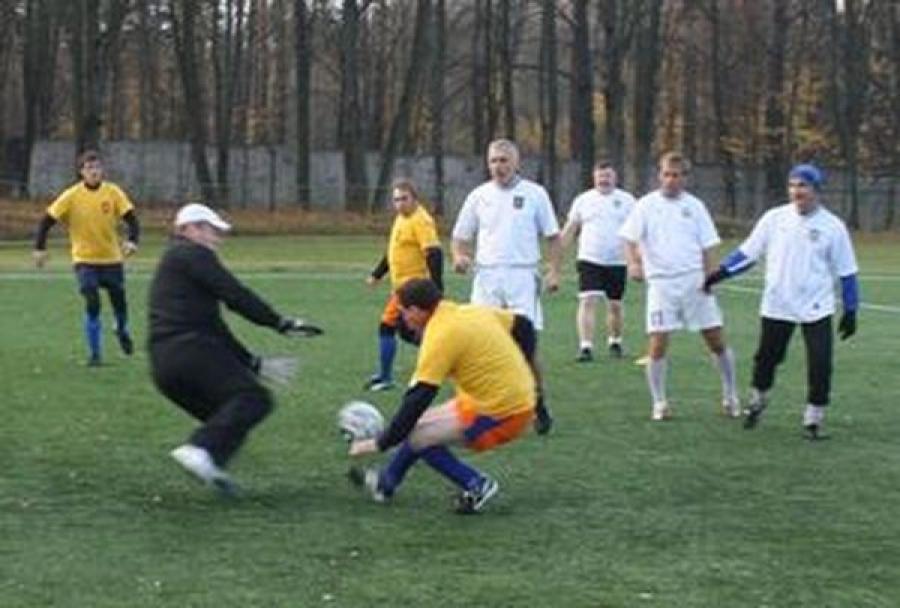 Ветераны футбола сражались с депутатами за Кубок Тверской городской Думы