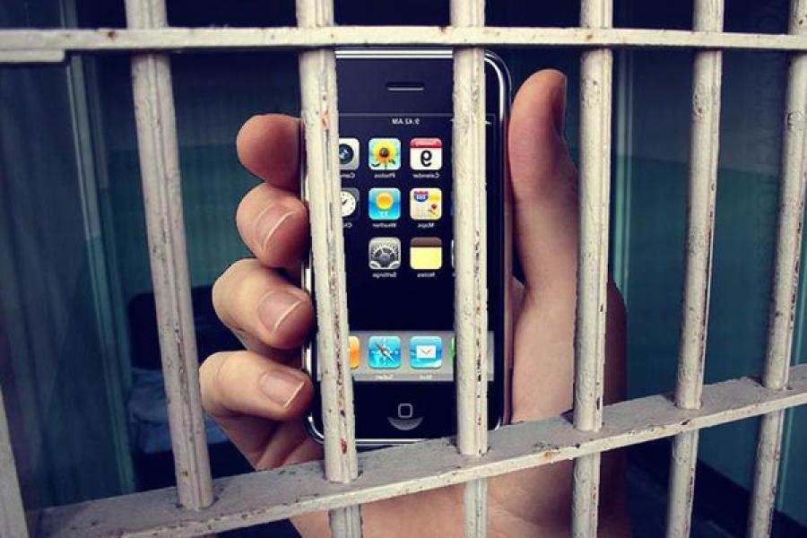 Адвокату не дали пронести в СИЗО сотовый телефон и сим-карты