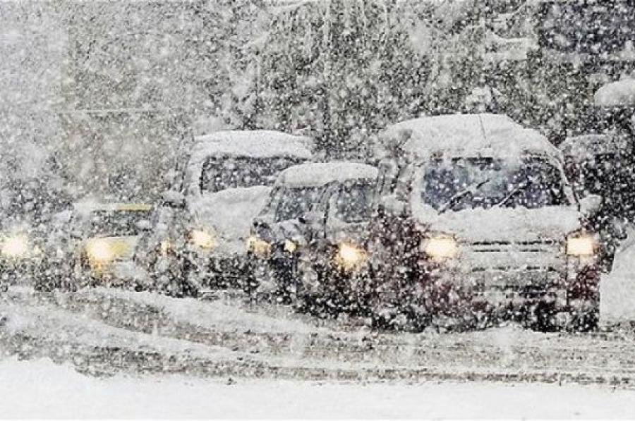 Тверское УГИБДД просит водителей и пешеходов быть внимательнее во время снегопада