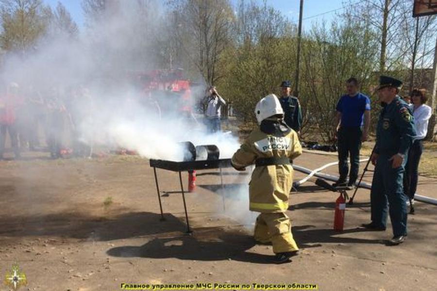В Удомле прошли соревнования по пожарно-прикладному спорту среди школьников