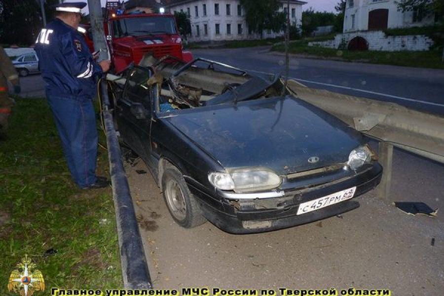 В Старицком районе легковушка врезалась в отбойник моста