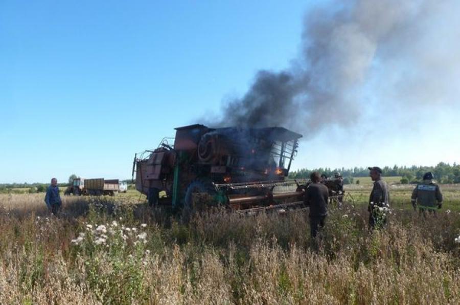 В Ржевском районе в поле сгорел комбайн