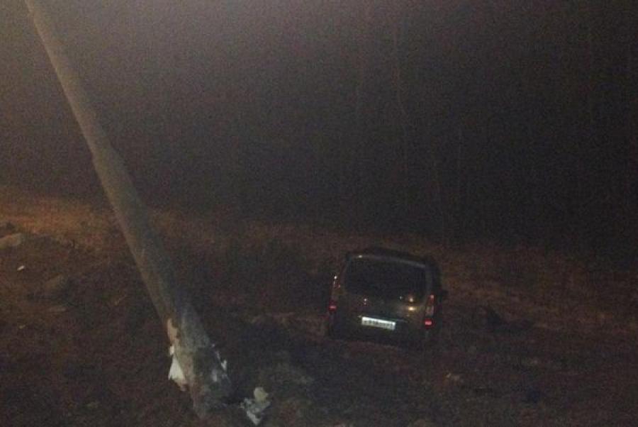 На трассе М-10 автомобиль врезался в фонарный столб: водитель погиб