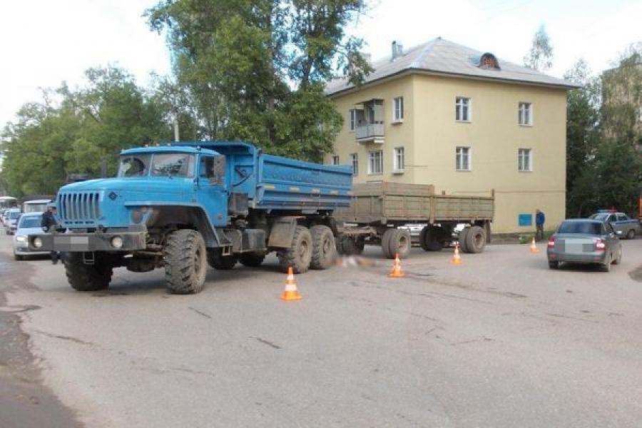 В Ржеве пожилая женщина погибла под колесами грузовика с прицепом
