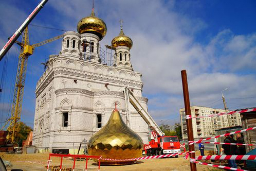 На храм Александра Невского в Твери устанавливают купола