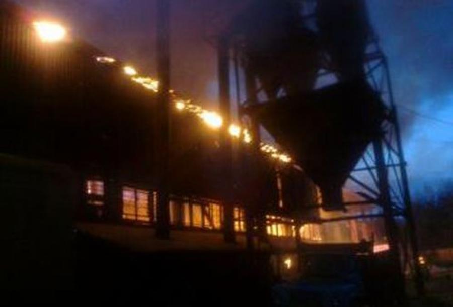 Пожар в ангаре на пилораме в Никольском тушили 45 человек