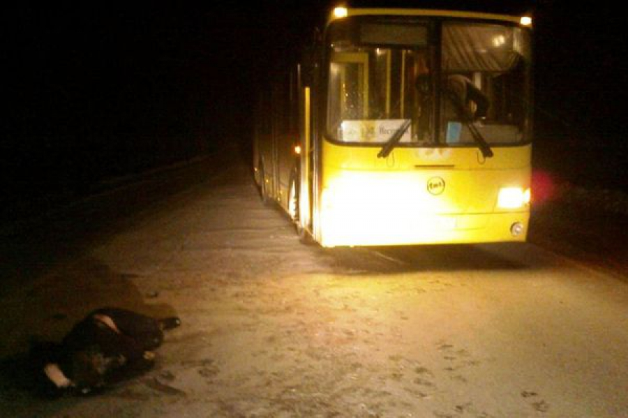 В Калининском районе женщина в состоянии алкогольного опьянения попала под автобус