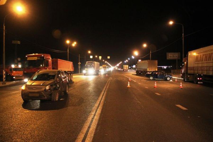 На трассе М-10 столкнулись легковушки: один из водителей — в больнице