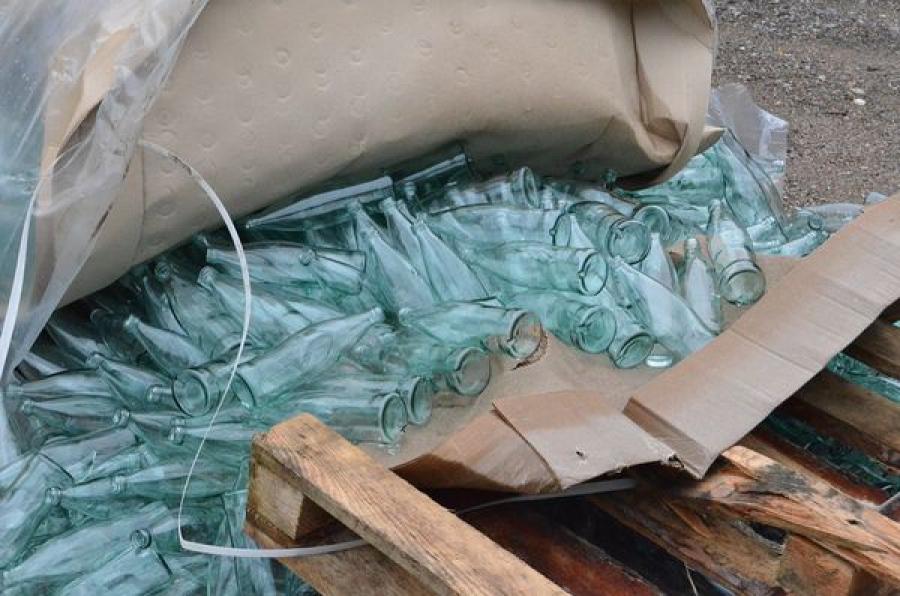Миллионы контрафактных бутылок изготавливались на стекольном заводе в Бологовском районе