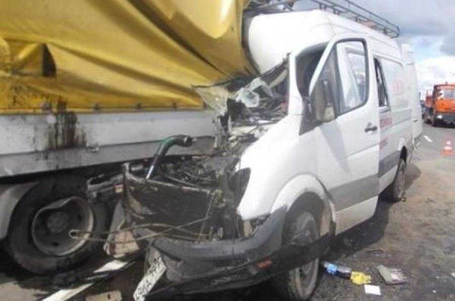 В Торжокском районе в столкновении грузовика и микроавтобуса пострадали люди