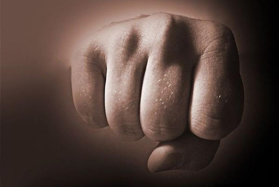 В Твери избили и ограбили мужчину