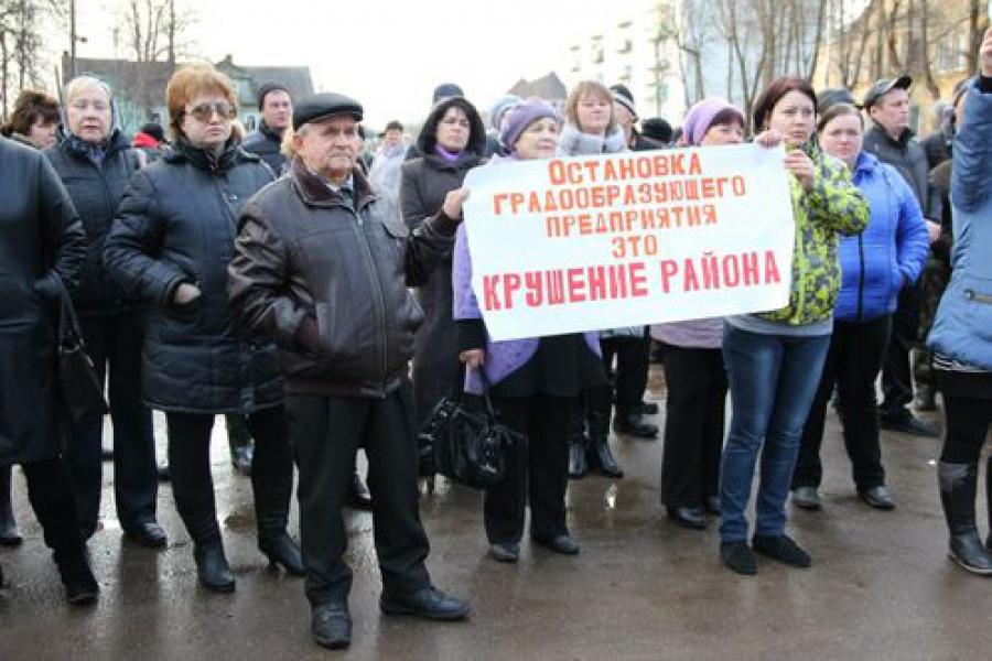 Спировский стекольный завод: работники протестуют, власти совещаются