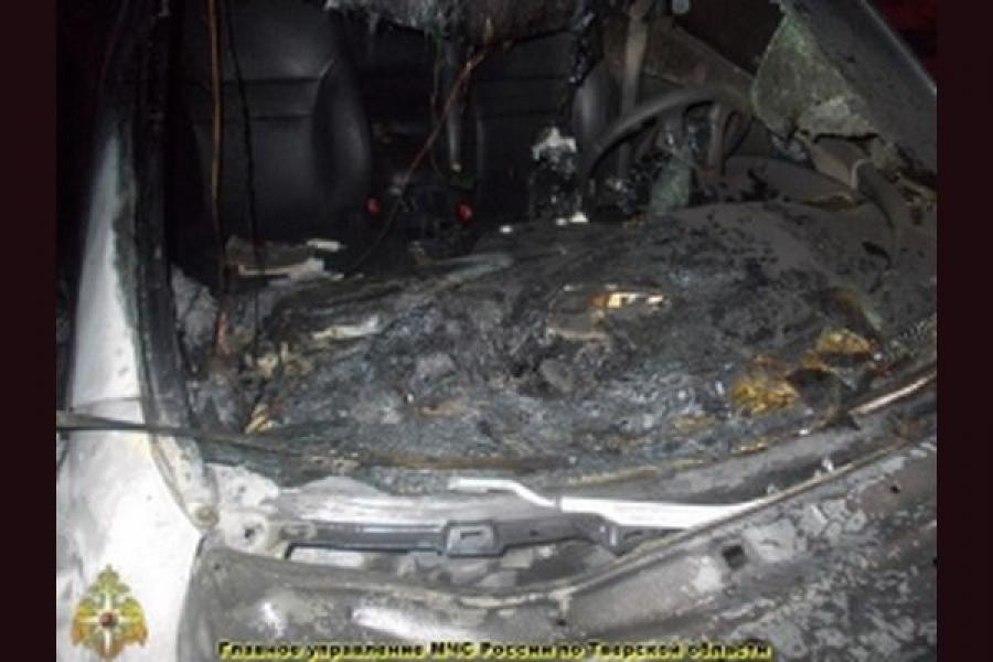 Два автомобиля сгорели в Тверской области