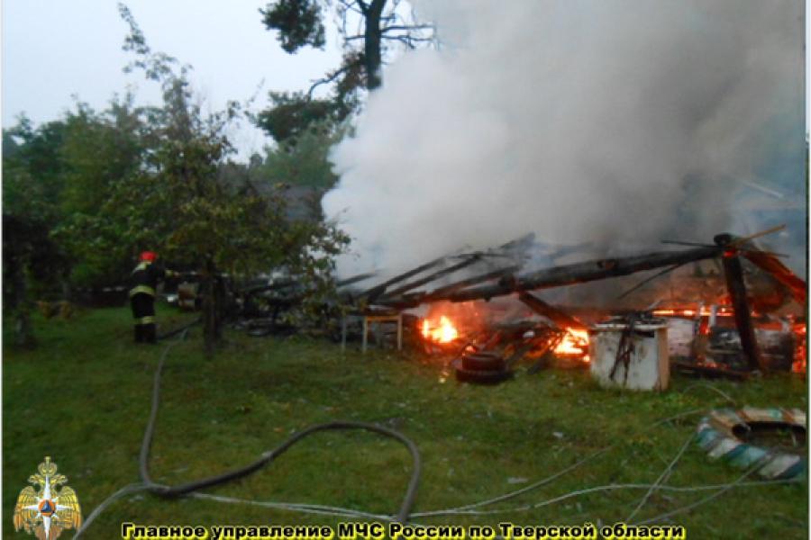 Молния сожгла гараж и два автомобиля