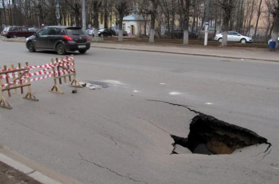 В Твери на проезжей части в Заволжье провалился асфальт
