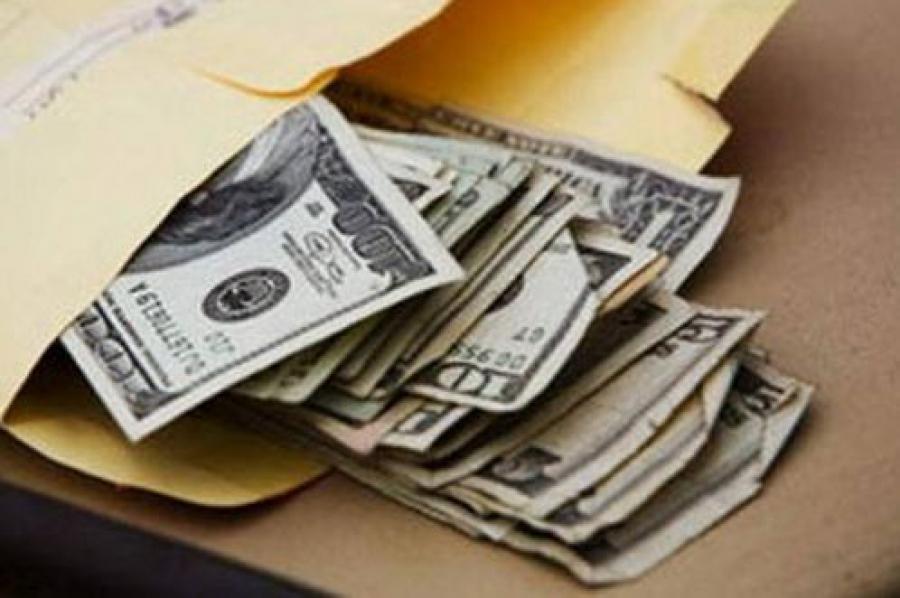 Мужчина дал деньги полицейскому за покрывательство игорных интернет-клубов