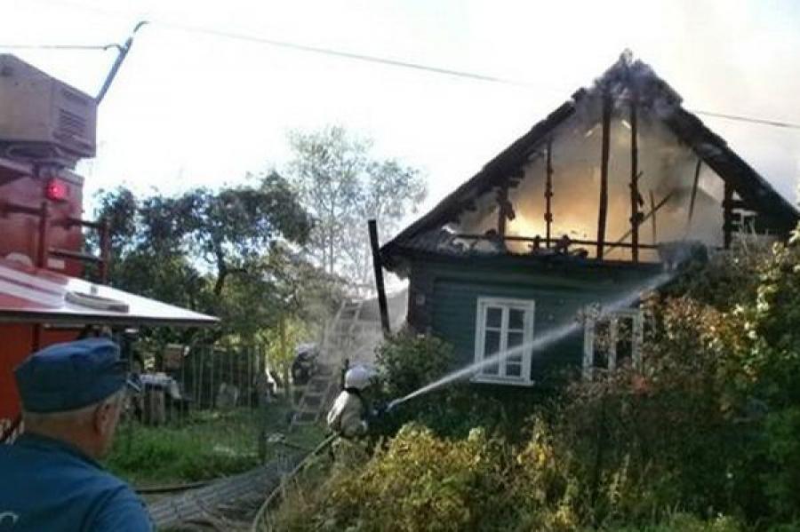 В Бологом из-за короткого замыкания сгорел жилой дом