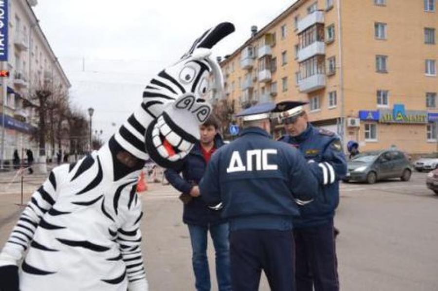 Инспекторы ГИБДД и Зебренок поощряли юных пешеходов за соблюдение правил