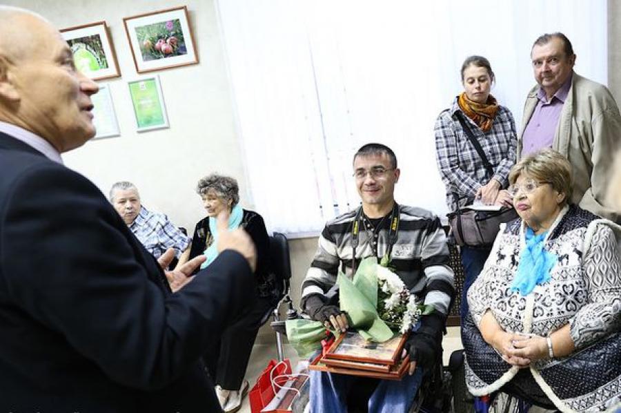 Инвалидность не мешает Александру Селиванову видеть и дарить красоту