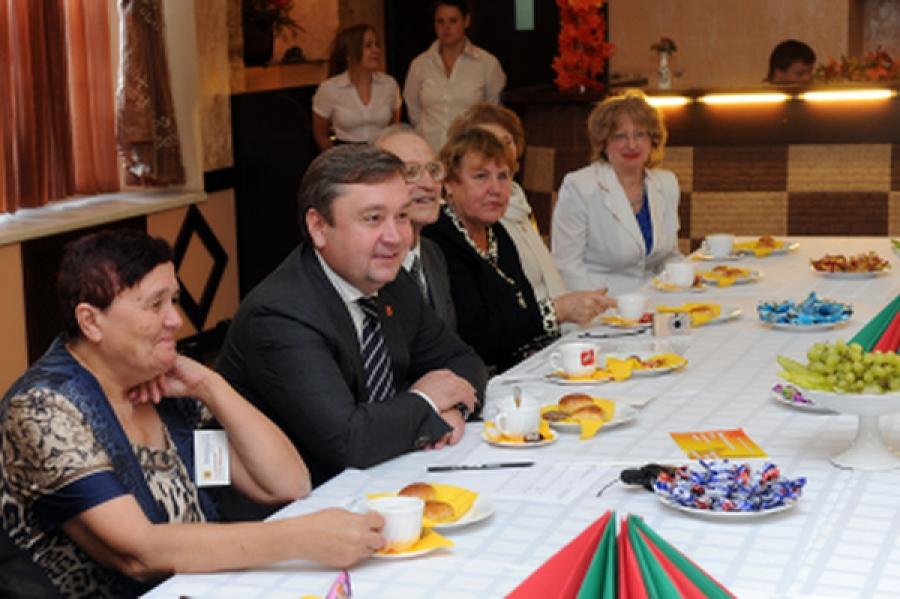 Чаепитие с губернатором: Андрей Шевелёв поздравил пожилых людей с праздником