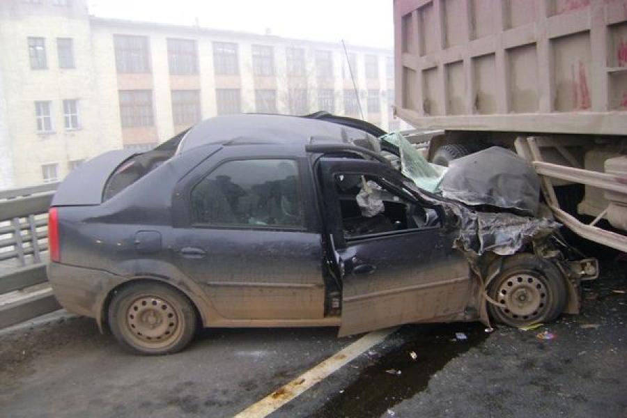 В Твери столкнулись легковушка и два грузовика