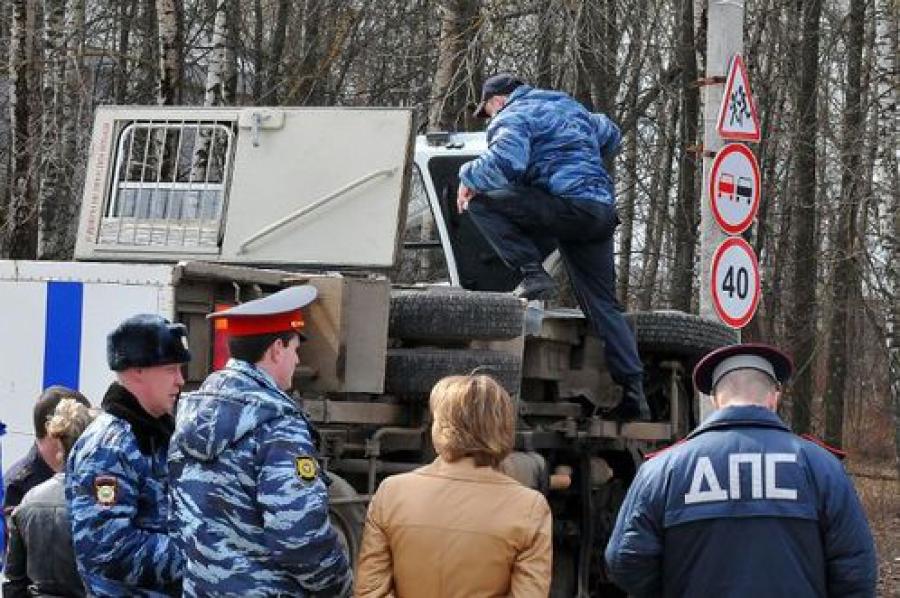 В Конаково перевернулся спецавтомобиль с заключенными