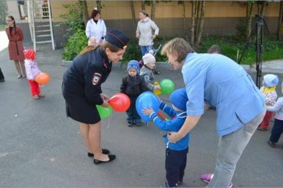 Малыши, живущие в доме ребенка, получили подарки от полицейских