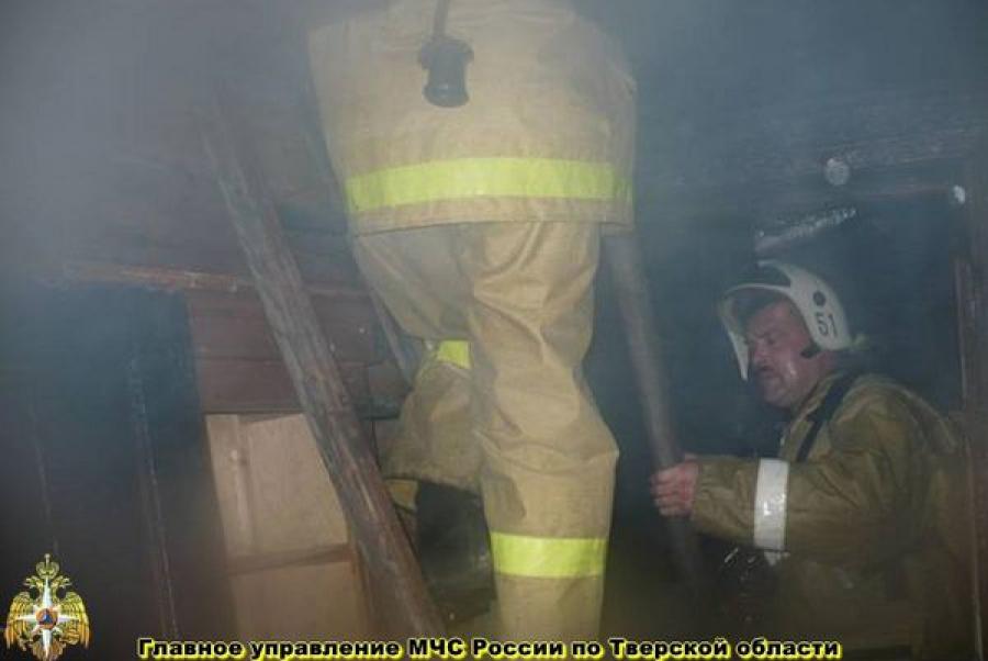 В Вышнем Волочке из-за пожара жители дома остались без крыши над головой