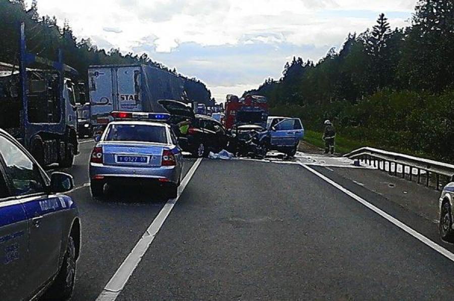 Один человек погиб и четверо пострадали в ДТП на трассе М-10 в Бологовском районе