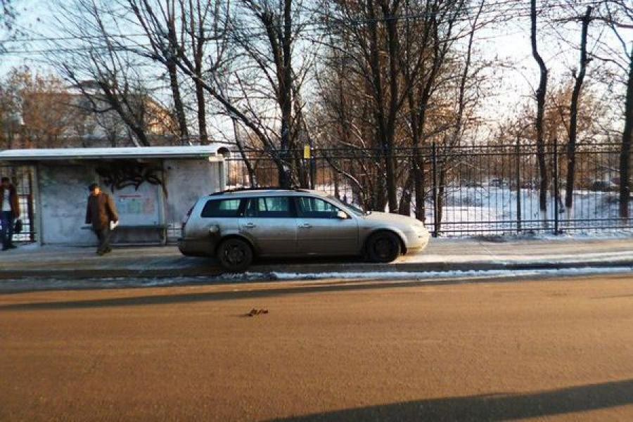 Автомобиль сбил пешехода, стоящего на остановке