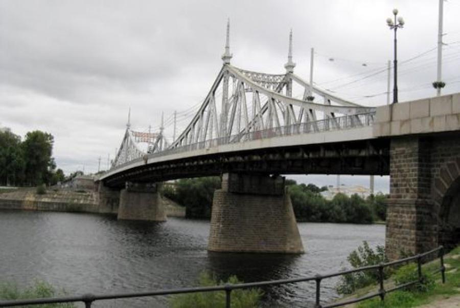 За Староволжским мостом можно наблюдать онлайн