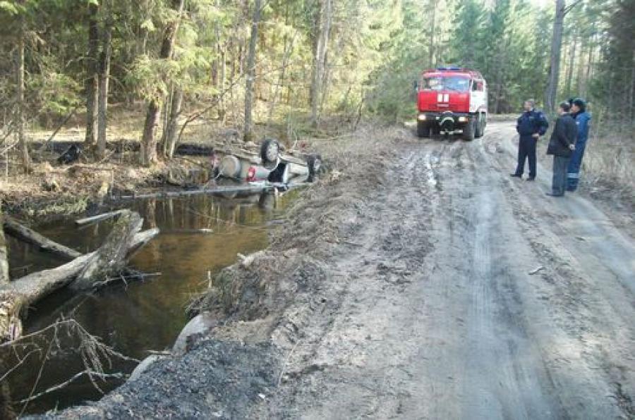 На лесной дороге в ручей опрокинулся автомобиль: водитель погиб