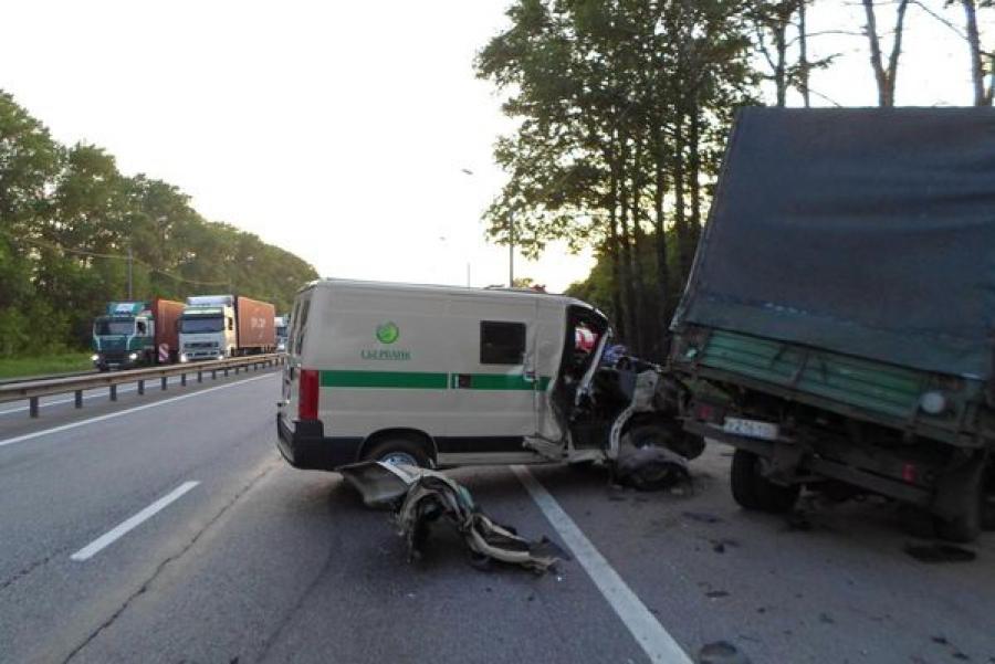 Инкассаторский автомобиль насмерть сбил водителя, менявшего колесо на своей машине