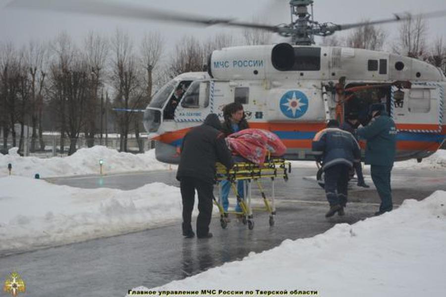 На трассе столкнулись патрульная машина ДПС и грузовик: пострадавшего доставили в Тверь на вертолете