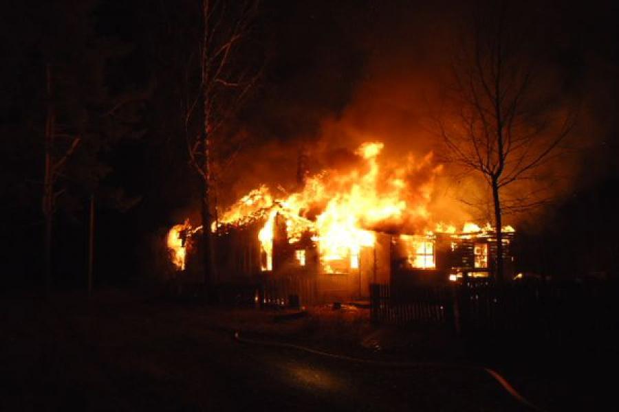 На пожаре в нежилом доме пострадали люди