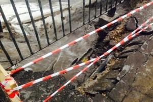 На тротуаре Красинского моста образовалась яма