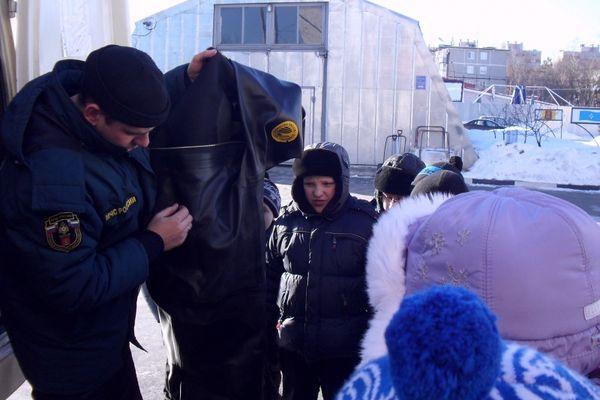 Школьники на экскурсии в аварийно-спасательной службе
