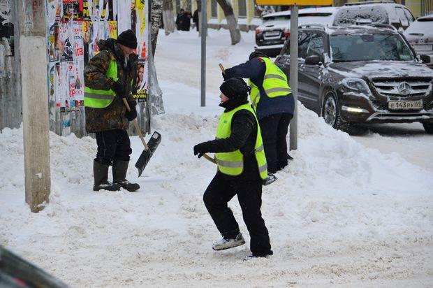 Уборка Твери от снега_дворники