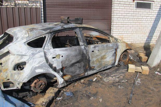 подожженый автомобиль