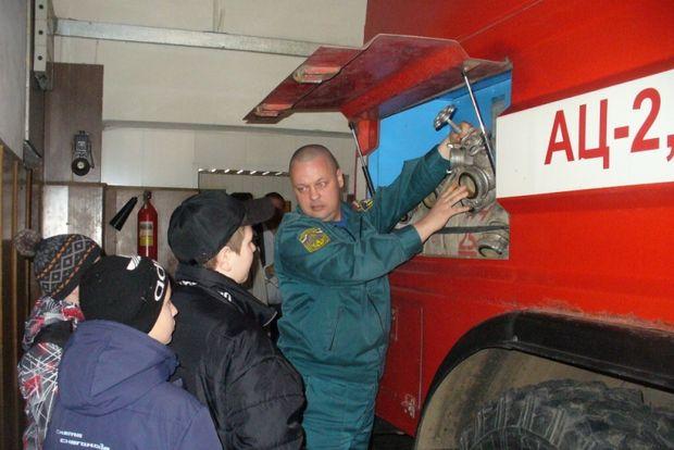 школьники у пожарных
