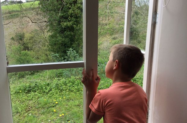 26-05-окно-ребенок