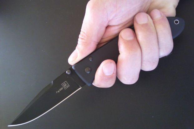 складной нож в руке