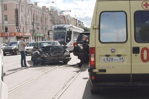 Вцентре Твери столкнулись два автомобиля, есть пострадавшие