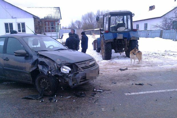 Вдеревне Тверской области ВАЗ въехал втрактор