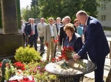 депутаты-возложение цветов к мемориалу дементьева
