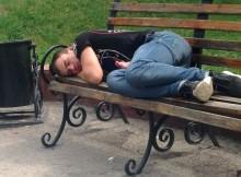 пьяный на лавке-скамейке