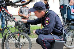 Полицейский и велосипед